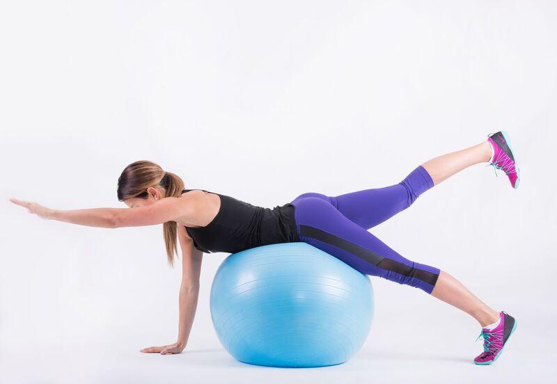 c7e7f47ec4c0af Usiądź na piłce. Opuść ręce z ciężarkami wzdłuż ciała. Ugnij ręce w  łokciach, napinając biceps. Trzymaj plecy wyprostowane utrzymując  stabilizację.